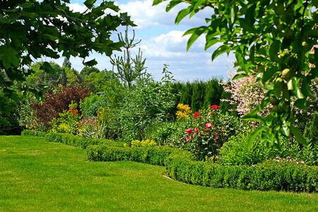 Garten Einfamilienhaus mit Blumenbeet - Wurzelesperre Rasenkante aus Polyethylen