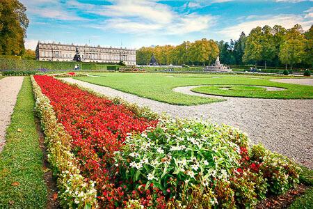 öffnetliche Parkanlage mit Rasenflächen und Blumenbeet - Wurzelesperre Rasenkante aus Polyethylen