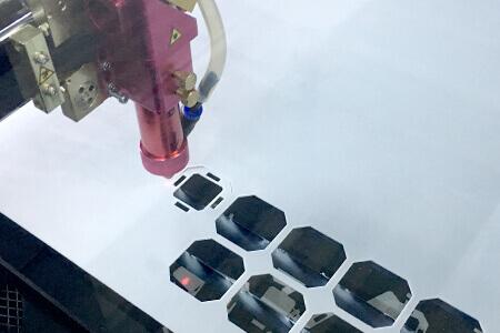 Unser Laser beim Zuschnitt von kleinen Dichtungen aus Kunststoffplatten