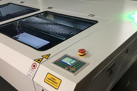 Die Bedieneinheit unseres neuen Lasers bei Laerzuschnitt in Betrieb