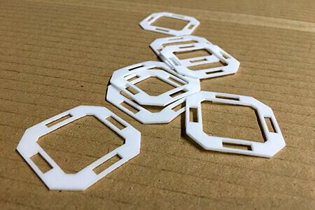Fertige Laserzuschnitte als Dichtungen aus PTFE mit unserem neuen Laser