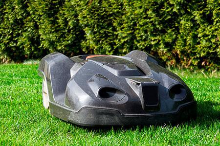 Mähroboter für Rasenflächen problemlos einsetzen dank Rasenkantensperre mit Wurzelsperren aus Polyethylen